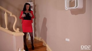 Extremely hot Milf Samanta Blaze fills her shaved pussy with porcelain vase